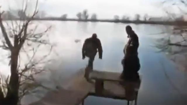 꽁꽁 언 호수에 무모한 도전