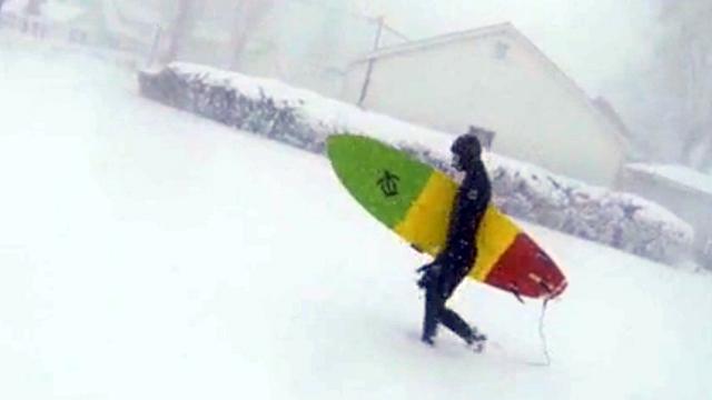 극한의 날씨에 서핑 즐기기