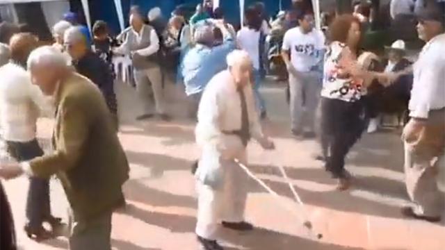 지팡이는 춤을 추기 위함이었다