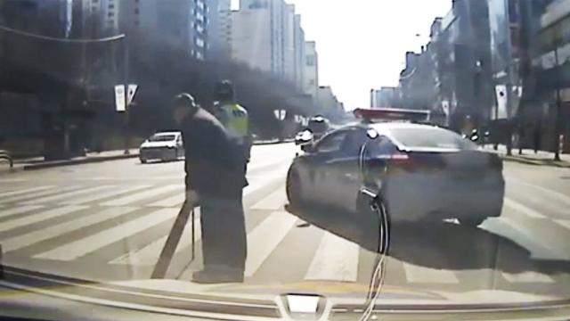 차선 막은 경찰 이유 알면 감동