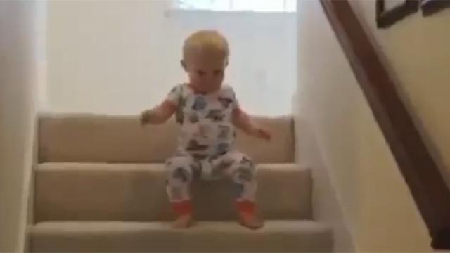 아기들이 계단 내려오는 법