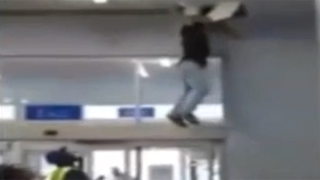 지붕 뚫고 도주 경찰도 당황