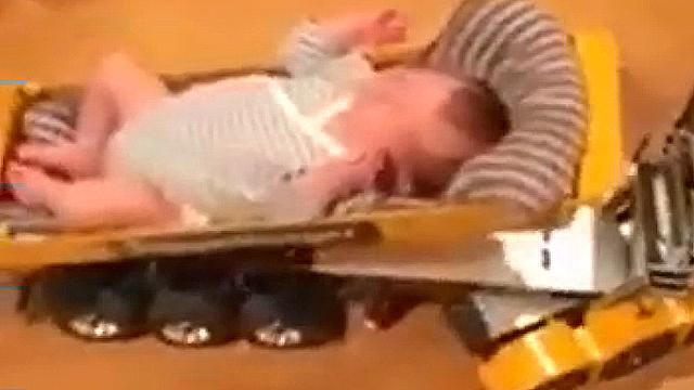 잔머리 쓴 아빠 아기 트럭에 . .