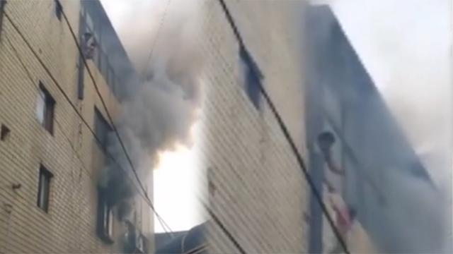 4층 화재 주민들이 이불로 구조