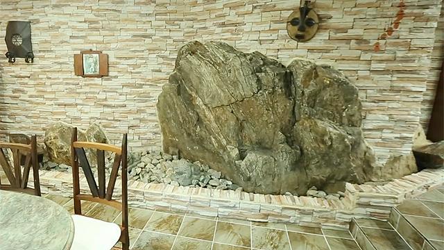 집 안에 바위가 떡, 도대체 왜?