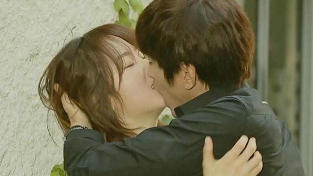 격한 몸싸움 후 격렬한 키스