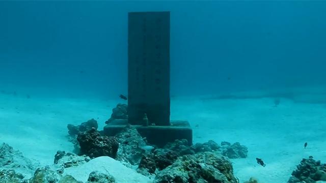 사이판 바다에 잠겨있는 위령비