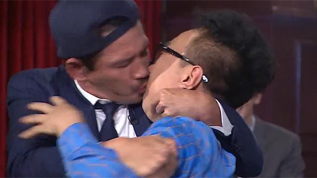 댄스 대결 중 기습적인 키스 세례