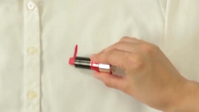 옷에 묻은 립스틱을 지우는 기술
