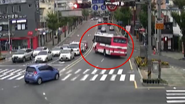 휘청 거리던 버스의 아찔한 사고
