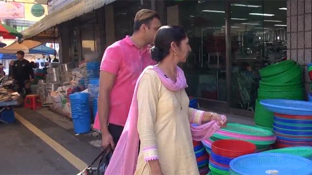 재래시장이 신기한 인도 어머니