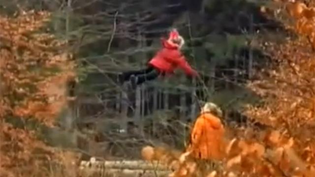 산에서 찍힌 미스터리 한 꼬마?